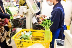 スーパーのレジで働いている人
