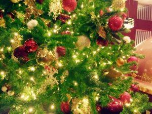 クリスマスツリーに、きれいにライトを飾る方法は?