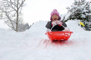 小さな子供の雪遊び、安全なソリの乗り方!